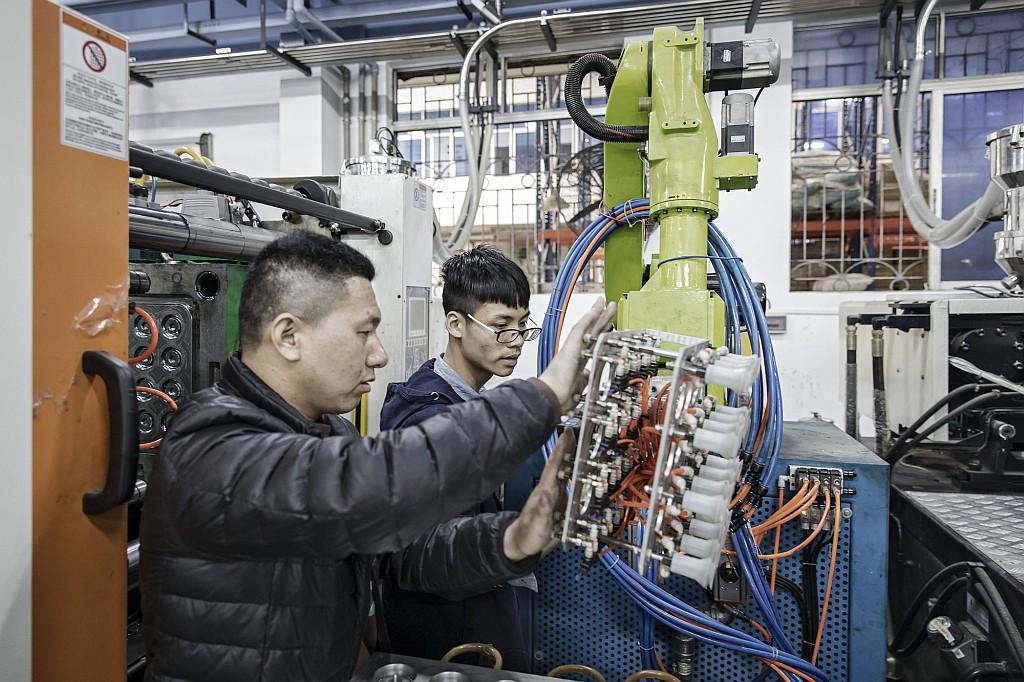 Техники настраивают промышленный робот E-Deodar на производственной линии мебельной компании в Фошане