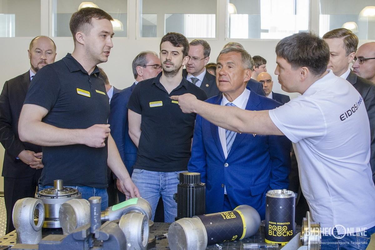 Президент Татарстана Рустам Минниханов во время посещения компании «Эйдос»