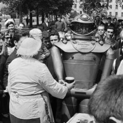 Electron-soviet-robot-drinking