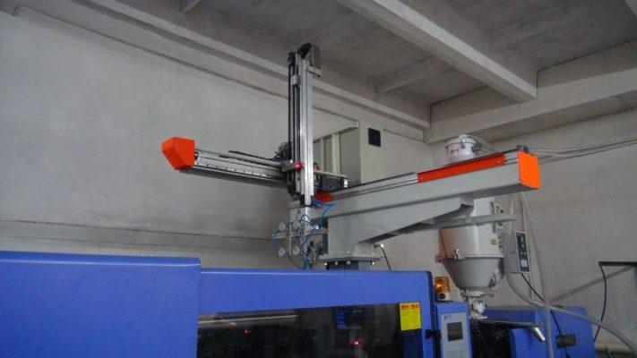 Робот ARKODIM на термопластавтомате