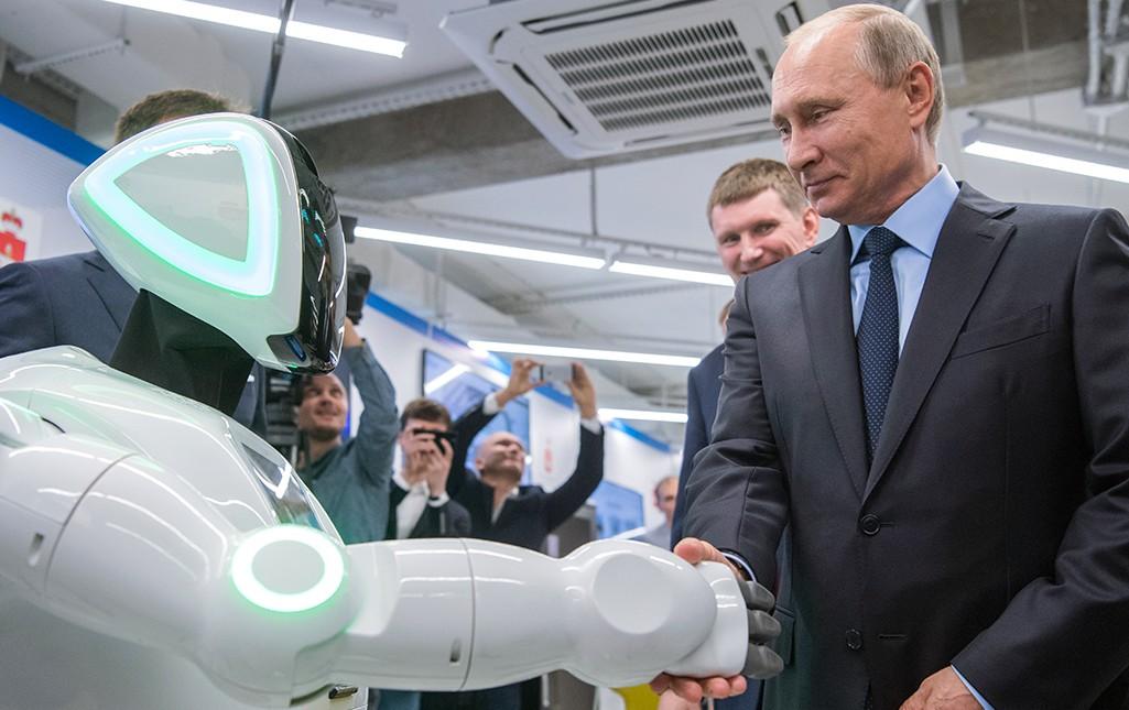 Владимир Путин во время осмотра экспозиции