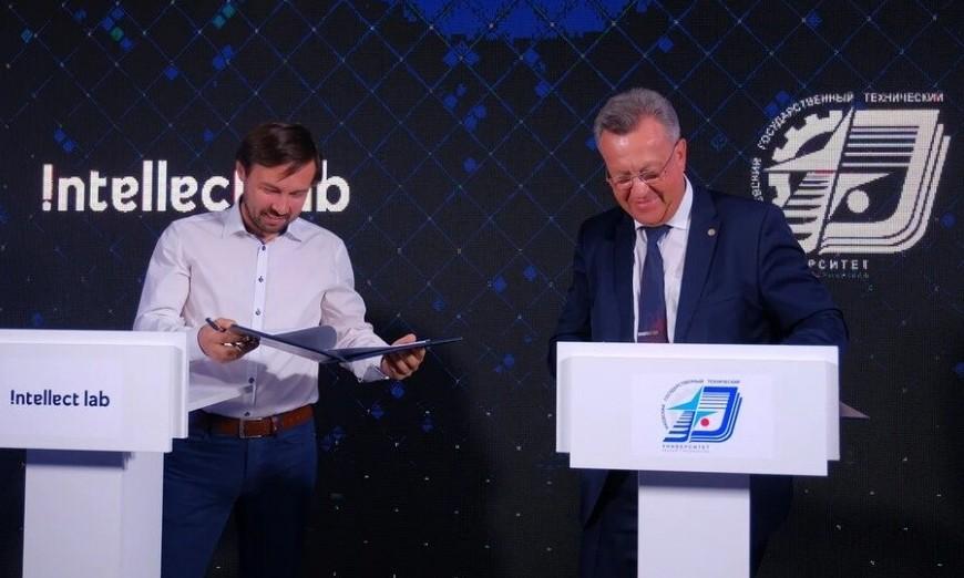 руководитель Intellect Lab Алексей Будин и ректор ИжГТУ Валерий Грахов