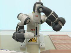 робот YuMi компании ABB 3